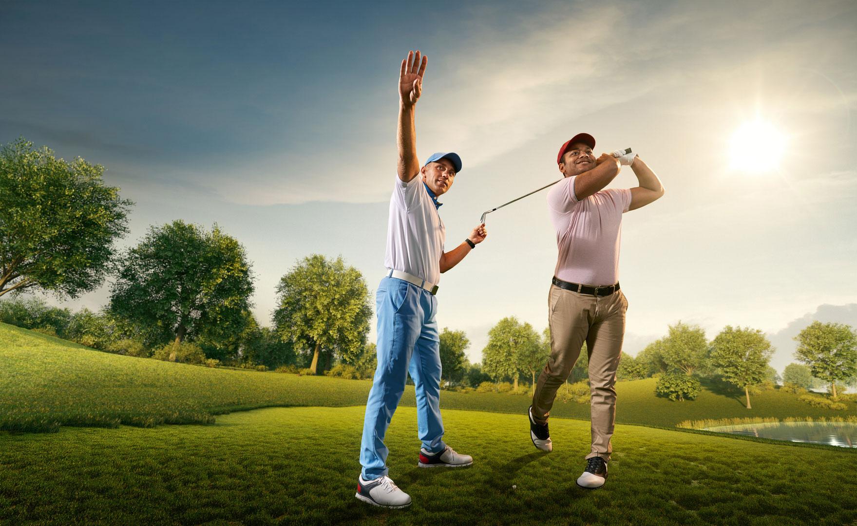 Joueur de golf aidant un autre joueur